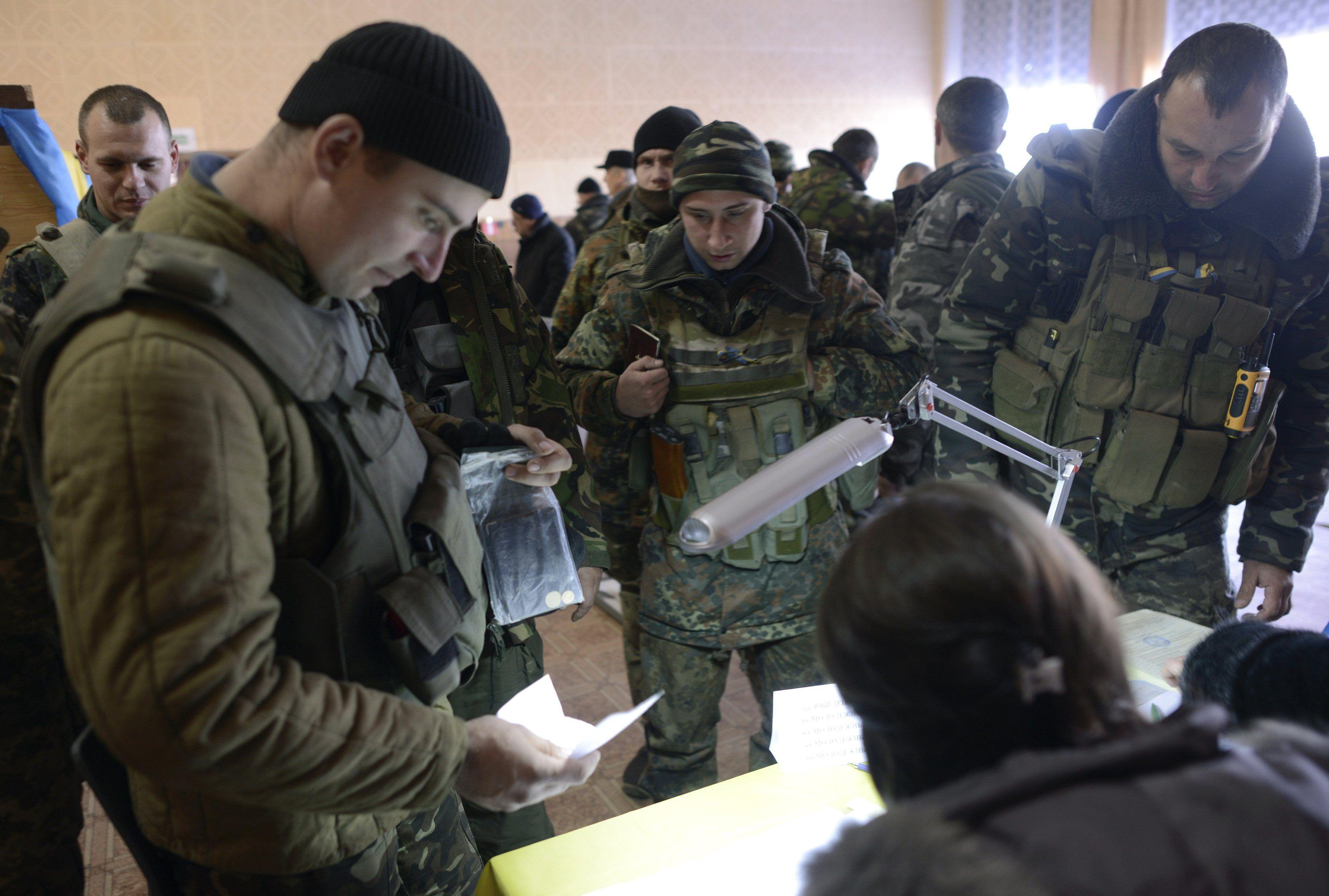 Бойцы АТО голосуют в новоайдаре на Лугнащине