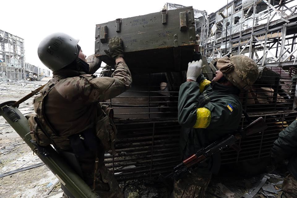 Останки танкиста грузят на БТР
