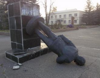 Свергнутый памятник Ленину, иллюстрация