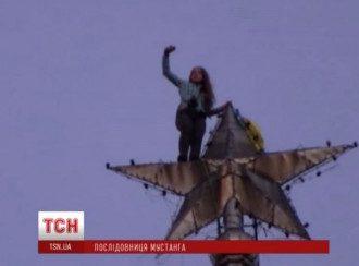 На киевскую высотку прикрепили флаг Украины.