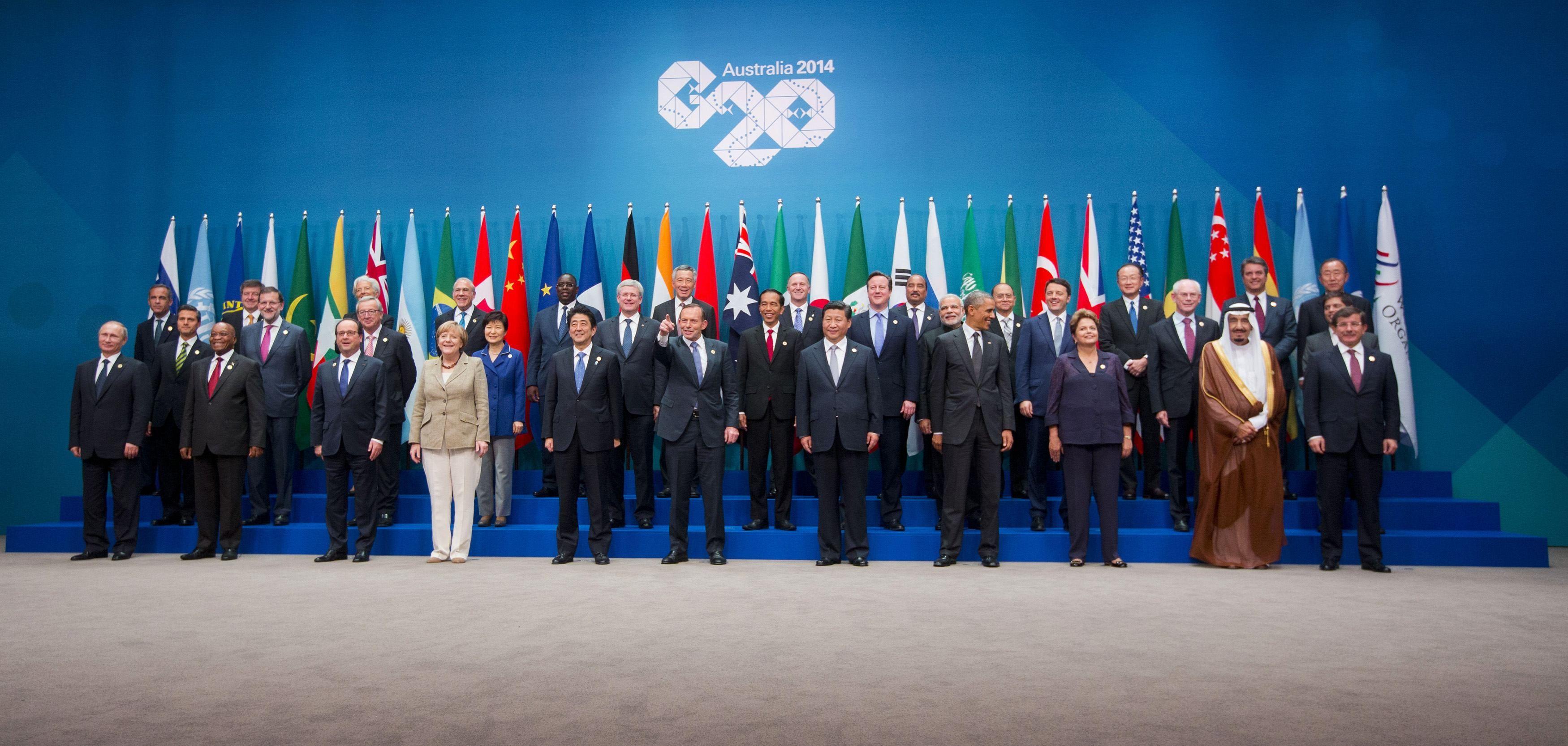 Традиционное групповое фото: Путина отправили в самый угол - крайним слева