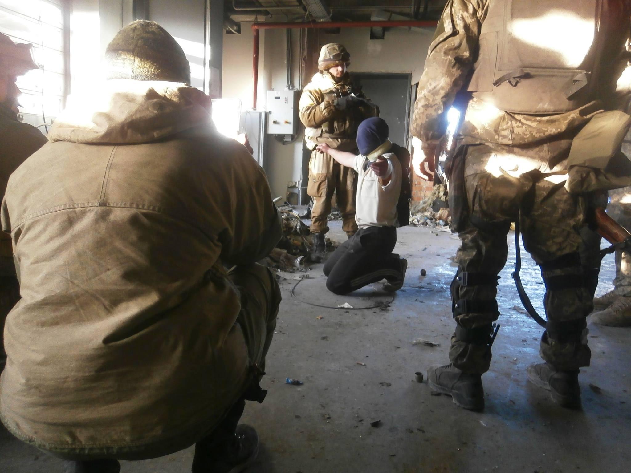 Допрос пленного в Донецком аэропорту
