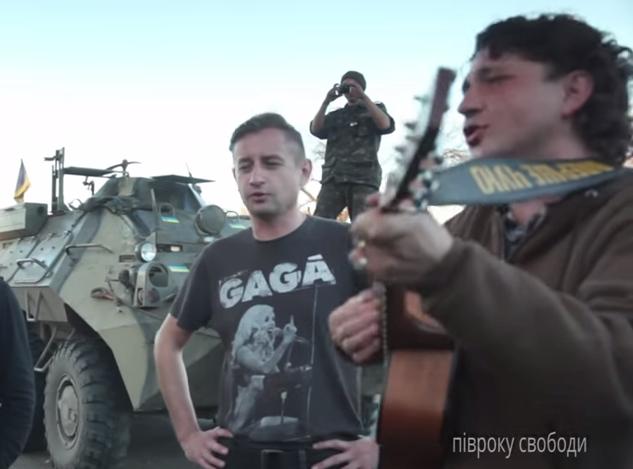 Писатель Сергей Жадан и музыкант Григорий Вагапов в зоне АТО