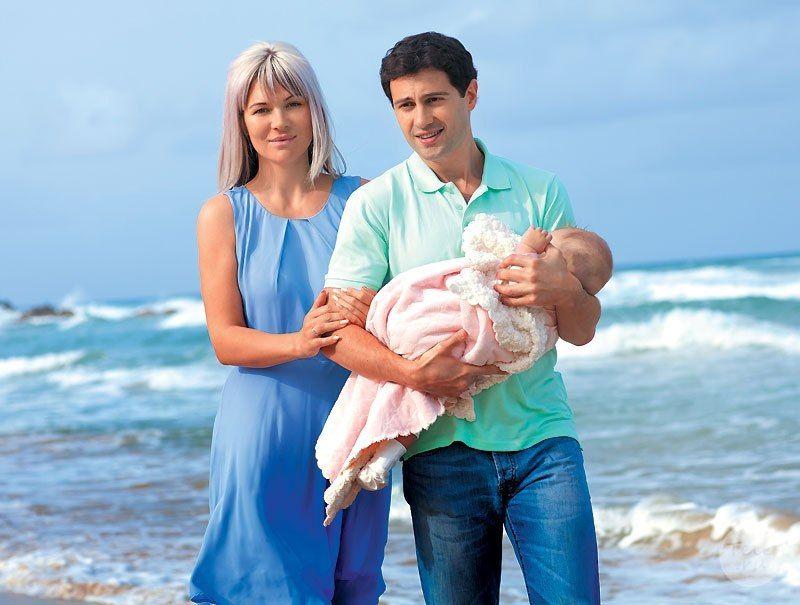 Антон Макарский с женой и дочкой