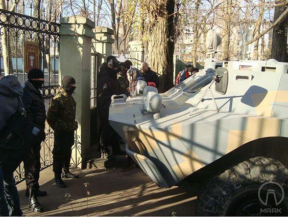 Активисты на бронемашине атаковали Одесскую таможню: опубликованы фото и видео