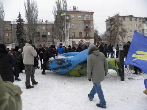 Ленинопад на Днепропетровщине: желто-синий памятник снесли в Новомосковске, опубликованы фото и видео