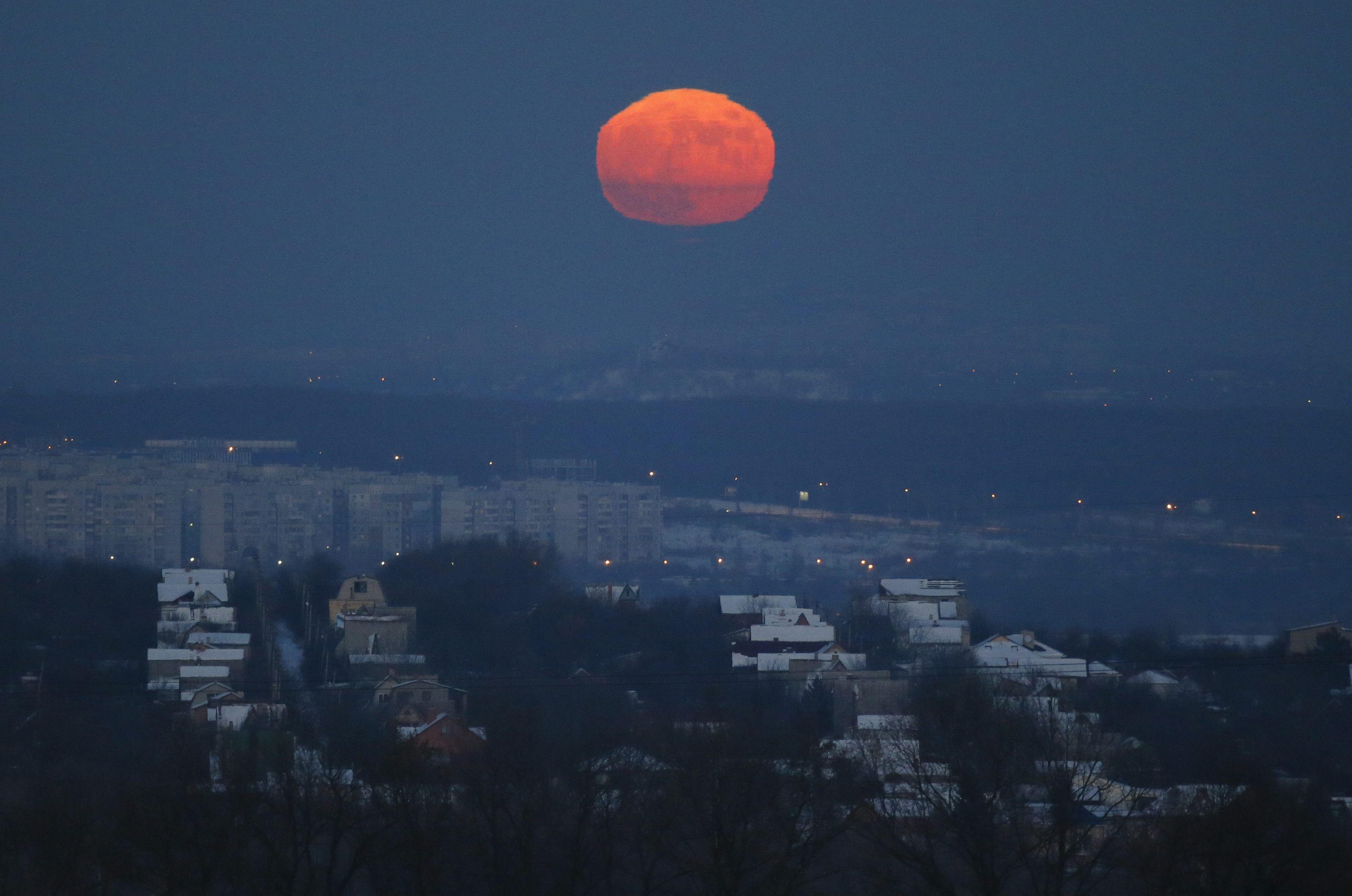 Кровавая луна над Донецком