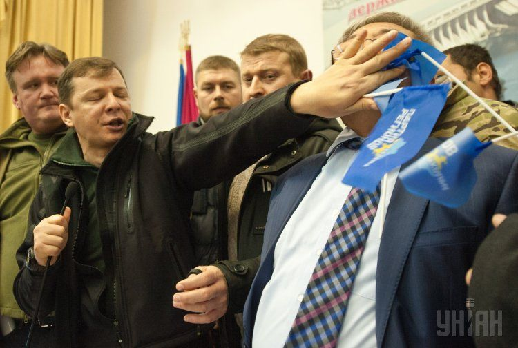 Ляшко заставляет мэра Запорожья Александра Сина съесть флажок ПР