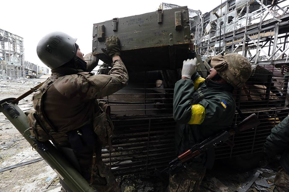 Порохоны танкиста в аэропорту. Фото Сергея Лойко
