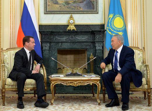 Медведев поразил журналистов обувью на платформе