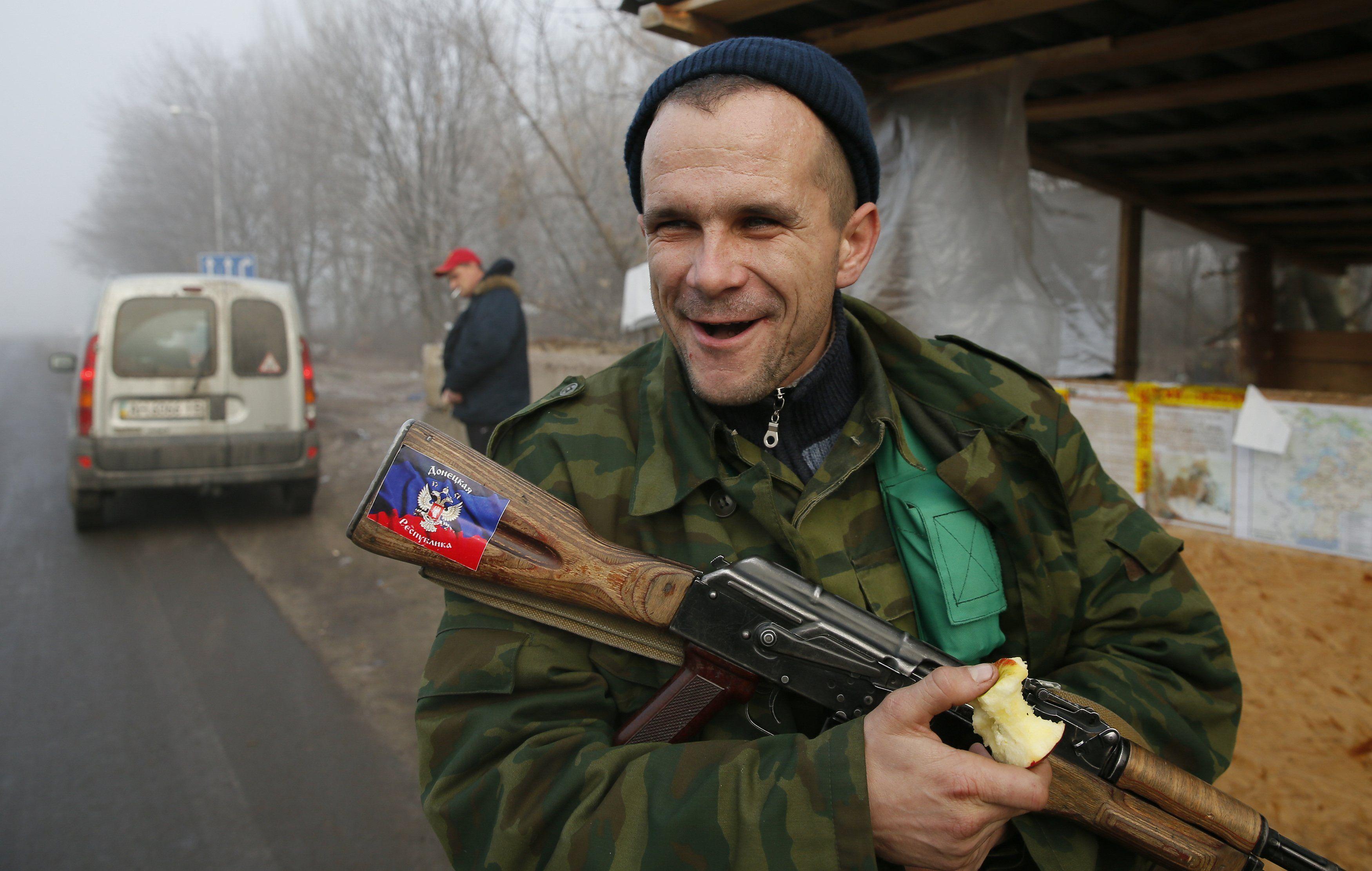 Боевик на блокпосту в Горловке