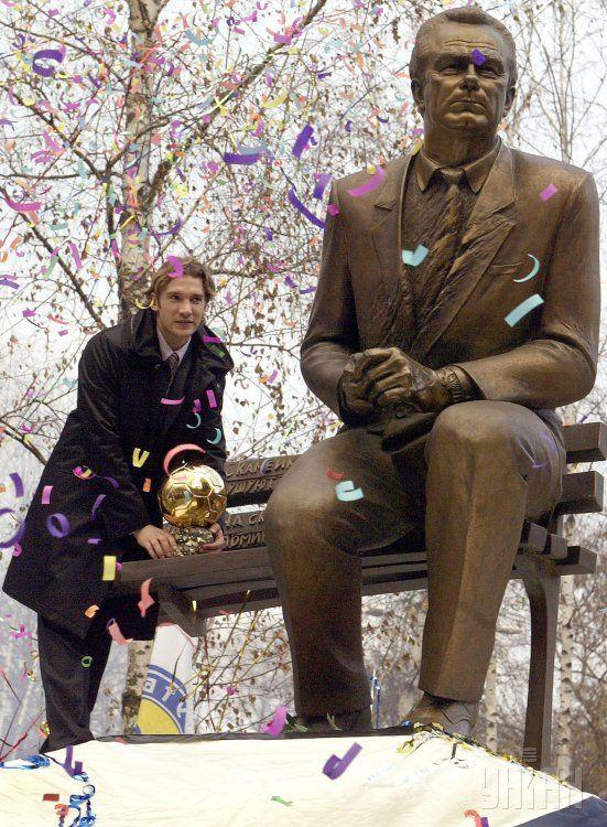 Андрей Шевченко у памятника наставнику - Валерию Лобановскому