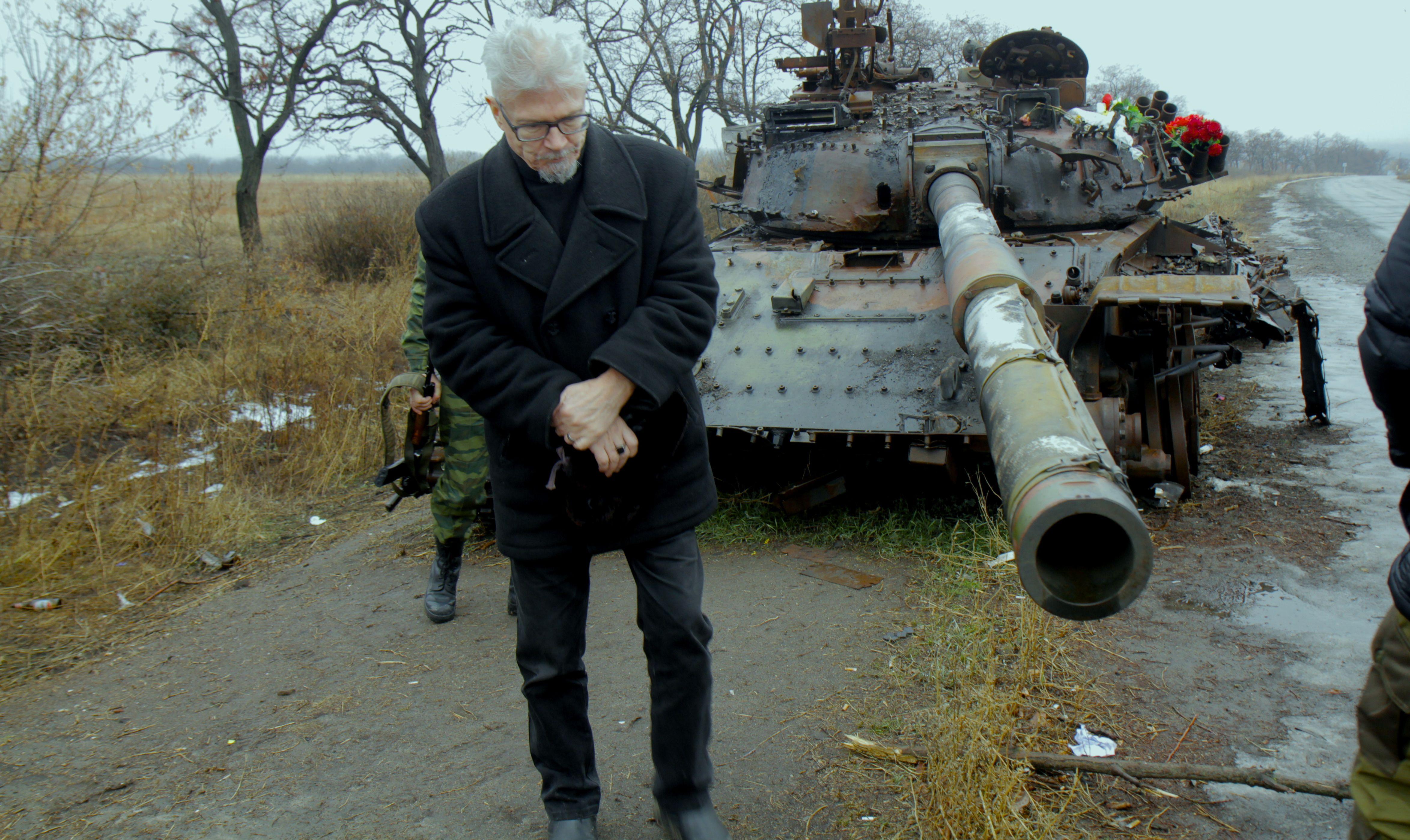 Эдуард Лимонов у подбитого танка
