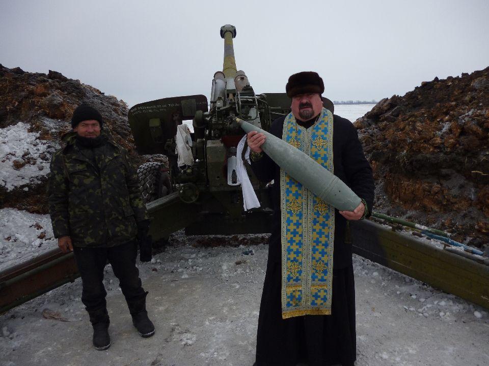 Епископ Кирилл со  122мм снарядом