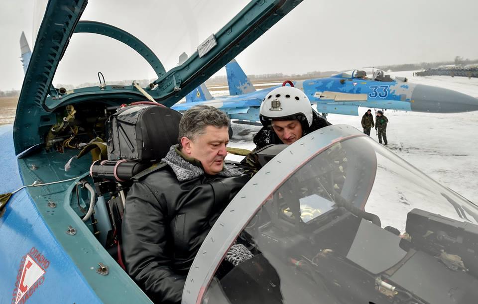 Петр Порошенко в кабине боевого самолета