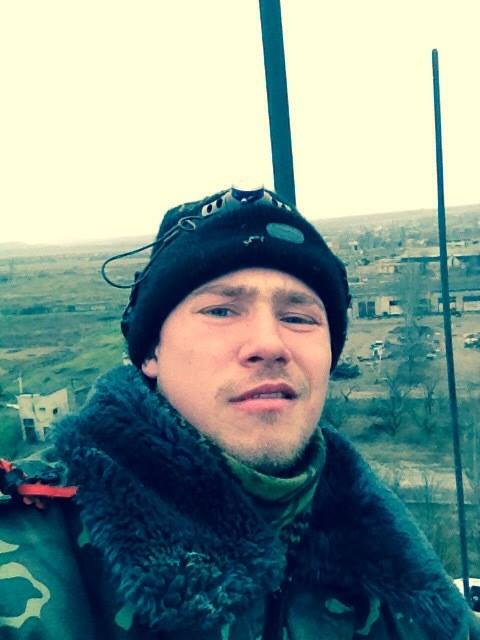Илья Богданов на фоне донецкого аэропорта