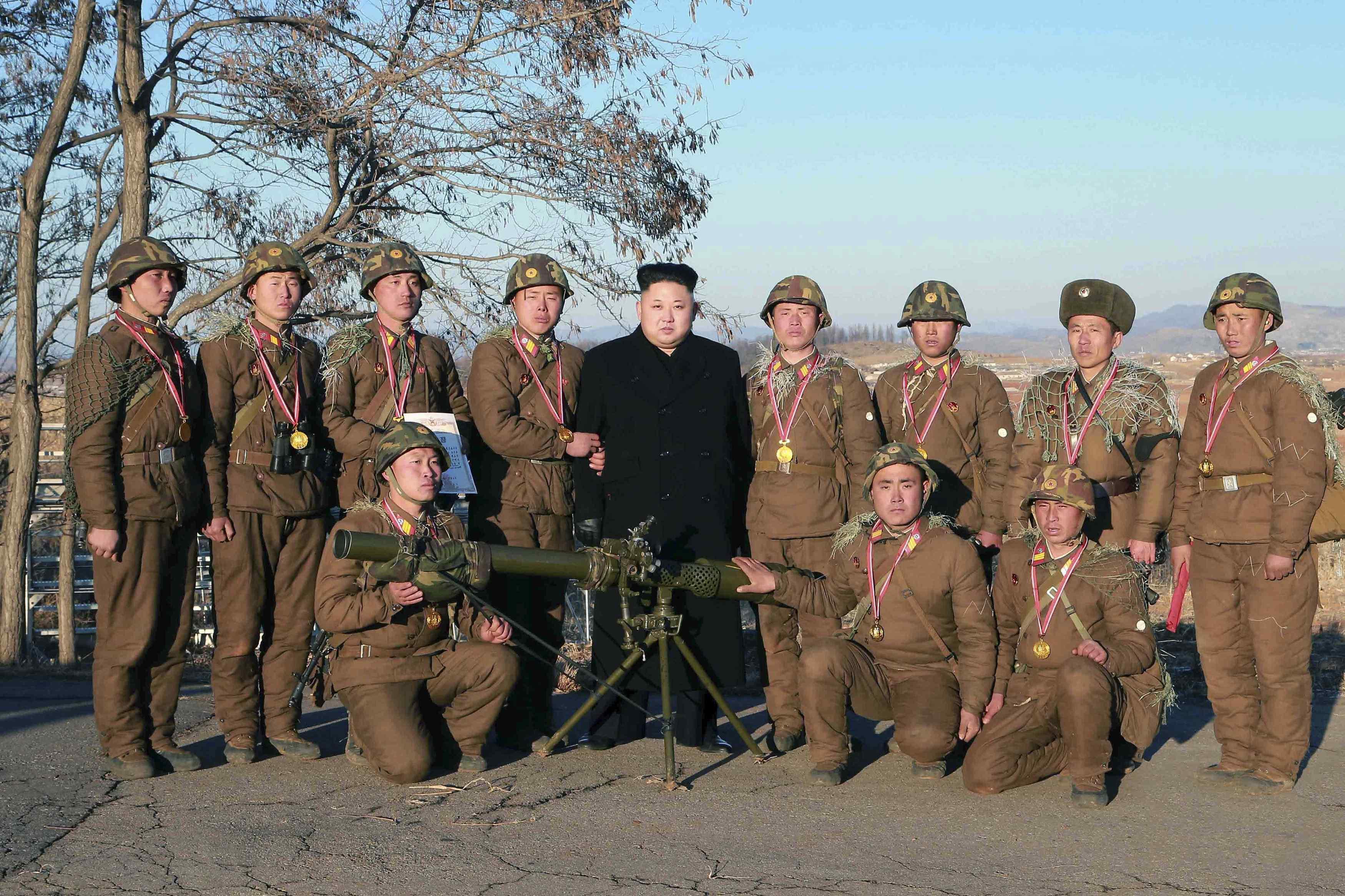 Ким Чен Ын инспектирует военные части