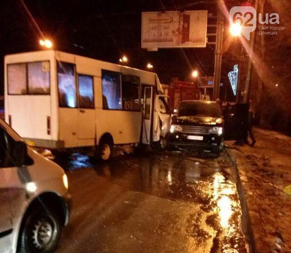 В Донецкаеджип с боевиками влетел в маршрутку
