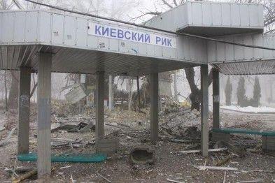 Разрушена остановка и магазин.