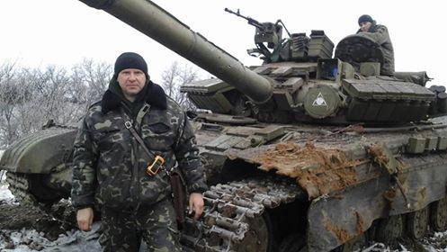 Украинский офицер на фоне трофейного танка