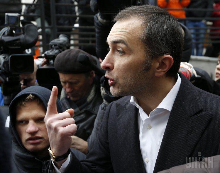 Андрей Пышный разговаривает с участниками пикета под