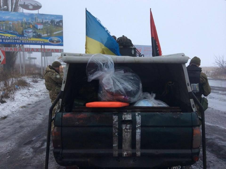 Работа волонтера на Донбассе, фото Романа Доника