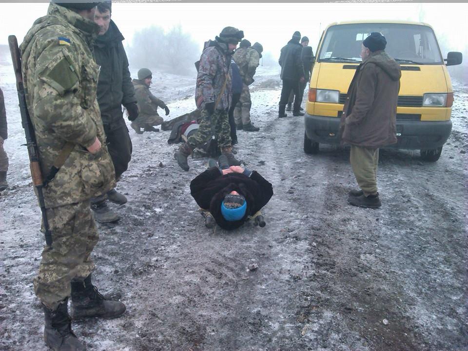 Украинские бойцы спасают раненых