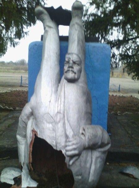 На Николаевщине снесли памятник Ленину, опубликованы фото
