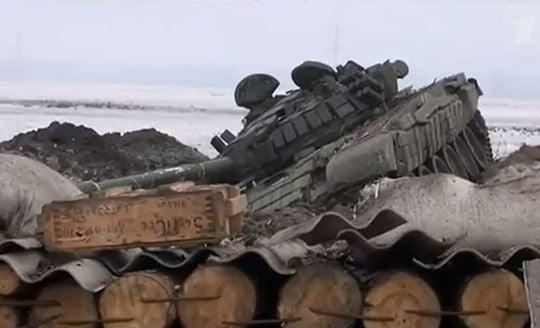 Уничтоженный танк боевиков в Углегорске