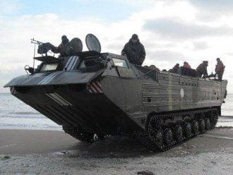 """Плавающий транспортер """"Азова"""" не уступит дорогу даже танку"""