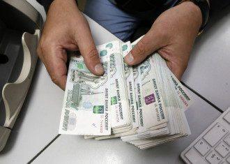 На фоне агрессии РФ на Азове курс рубля ощутимо снизился к доллару и евро