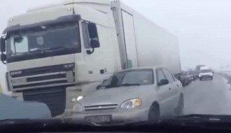 На выезде из Донецка многокилометровые пробки