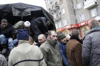 Боевики вытащили пленых украинцев на улицы Донецка