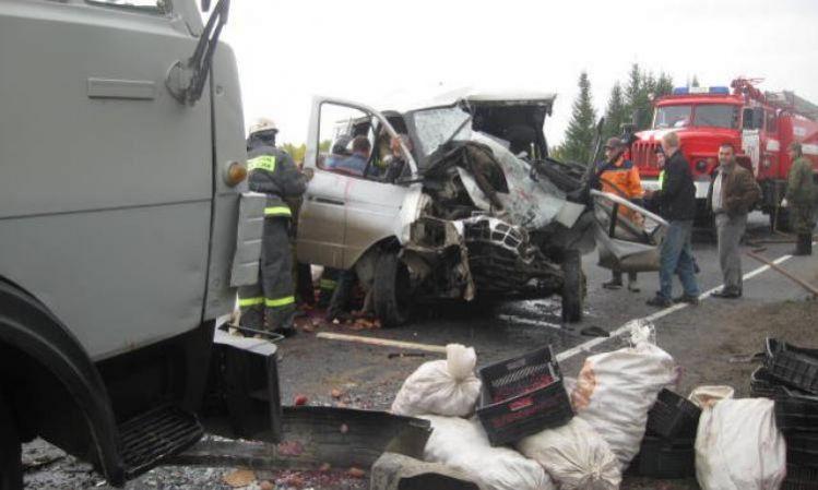 Автобус с украинскими номерами столкнулся с КамАЗом в Белгородской области