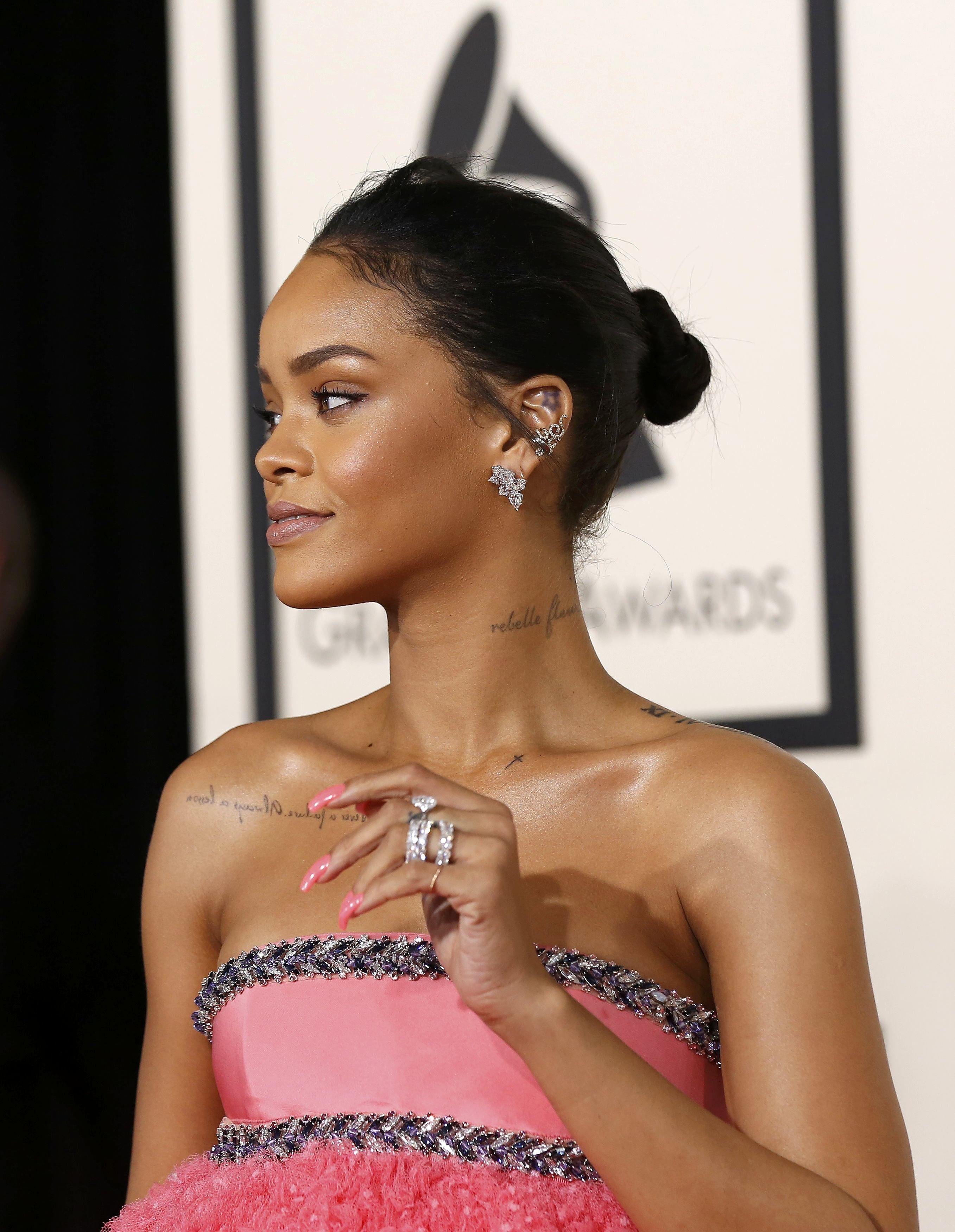 Рианна в розовом капкейк-платье заняла три места в зрительном зале Grammy-2015