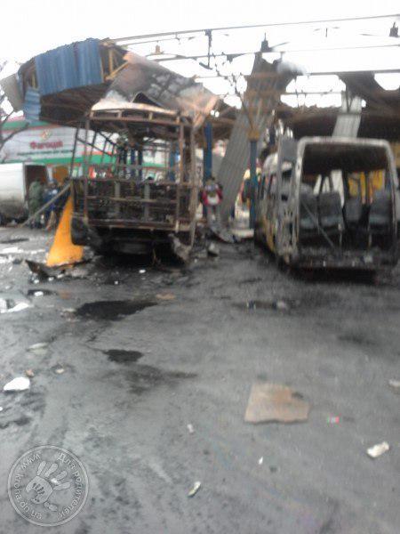 Сгорел маршрутный автобус и разрушены торговые павильоны.