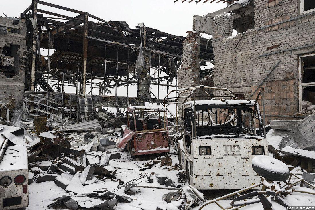 В аэропорту уничтожены все строения.