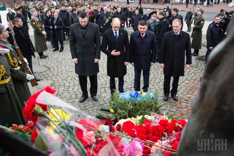 Порошенко и Яценюк почтили память погибших воинов-афганцев: опубликованы фото