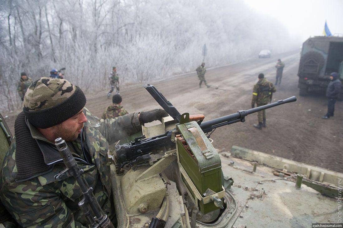 Украинские военнослужащие на полпути к Дебальцево.