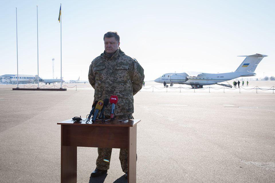 Петр Порошенко перед вылетом в зону АТО