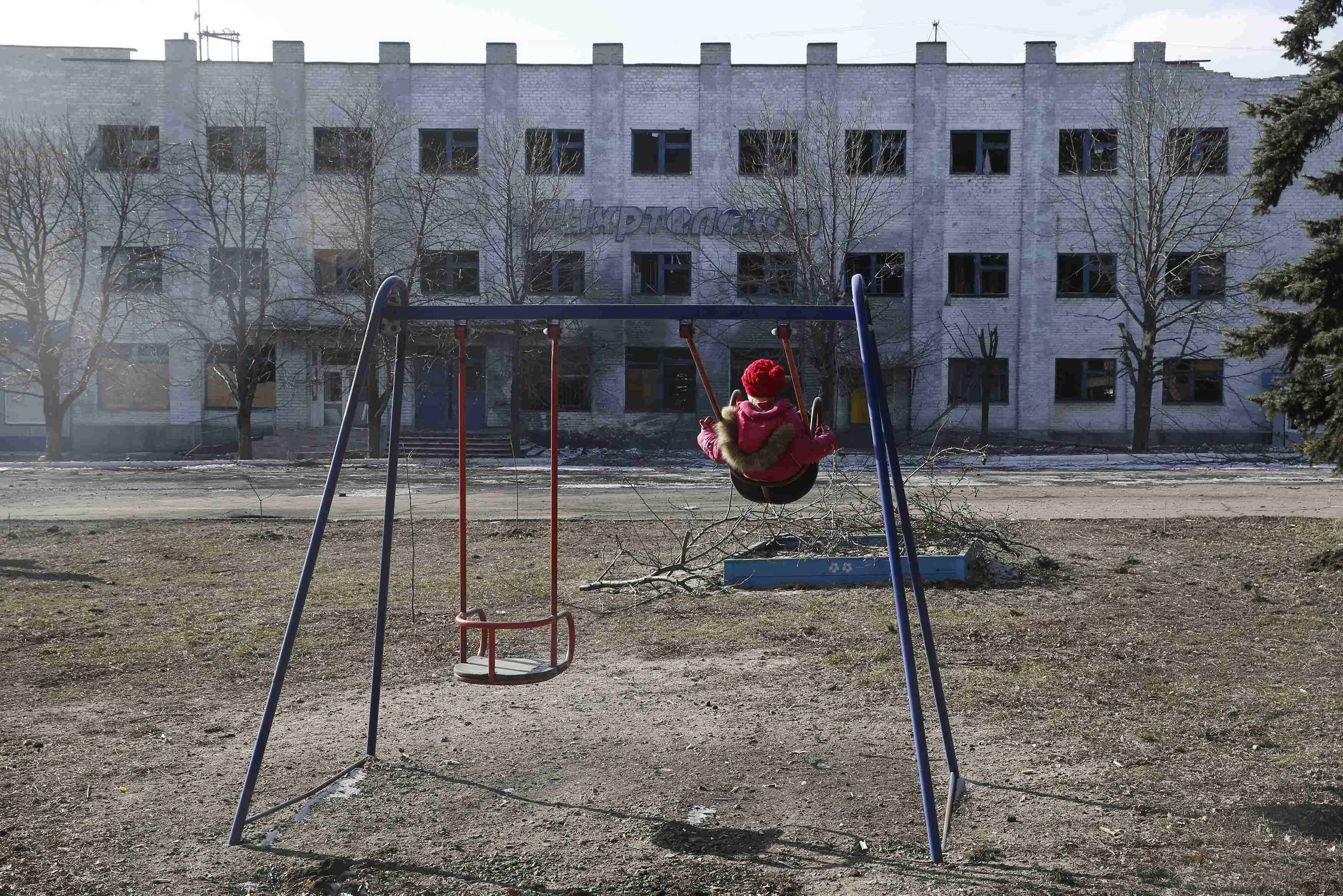 Реалии оккупации: девочка на детской площадке