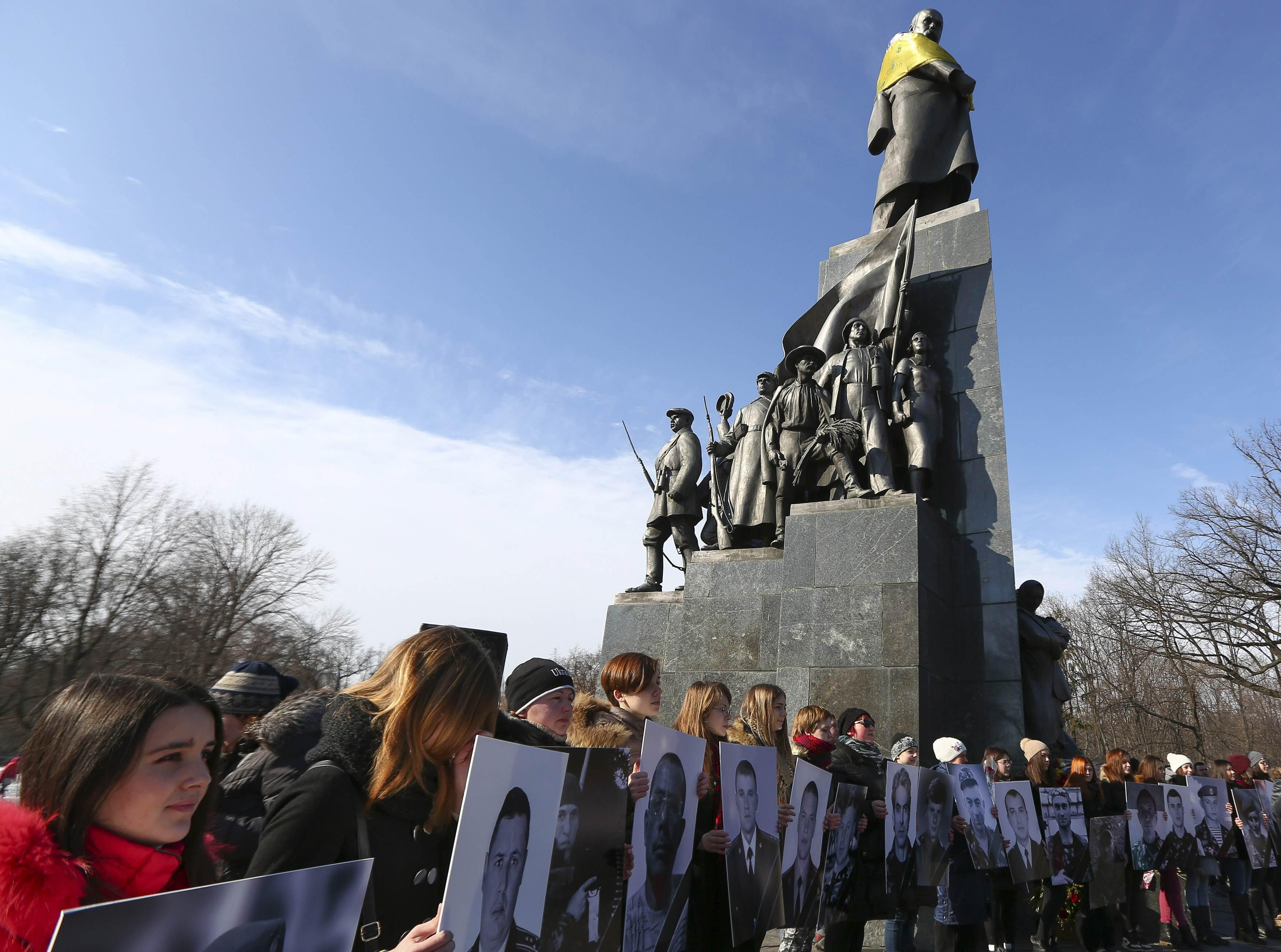 Активисты в Харькове с портретами погибших в боях за независимость Украины
