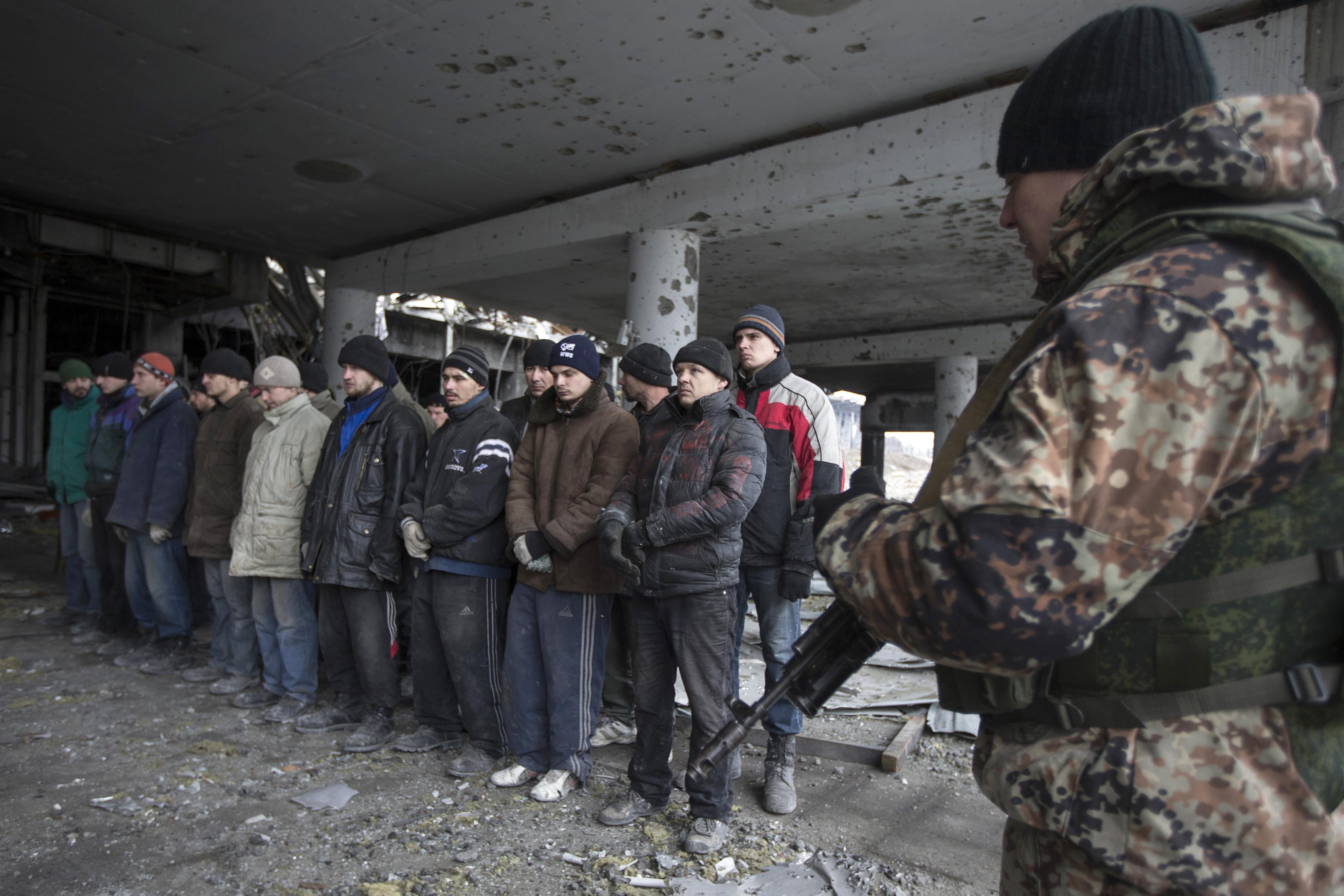Пленные украинцы на разборе завалов ДАП