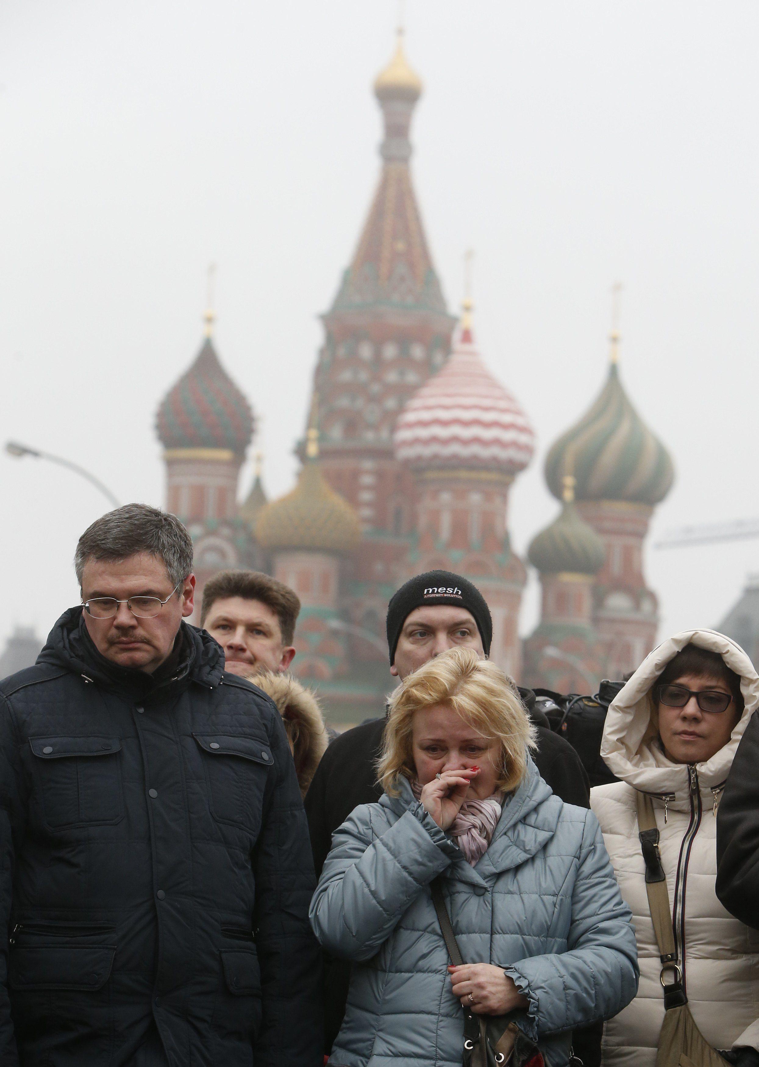 Люди несут цветы к месту убийства Немцова