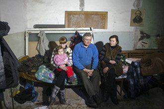 Жители Дебальцево в убежище во время обстрела