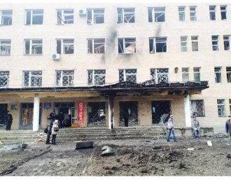 Обстрелянная больница в Донецке