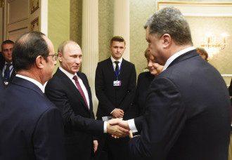Рукопожатие Порошенко и Путина в Минске