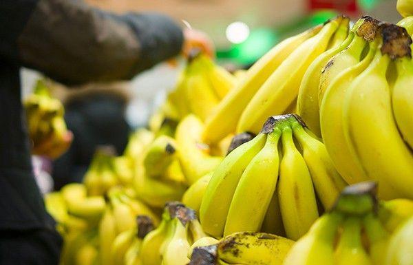 Журналист сообщил, что в киевском супермаркете голый мужчина бегал у прилавка с бананами