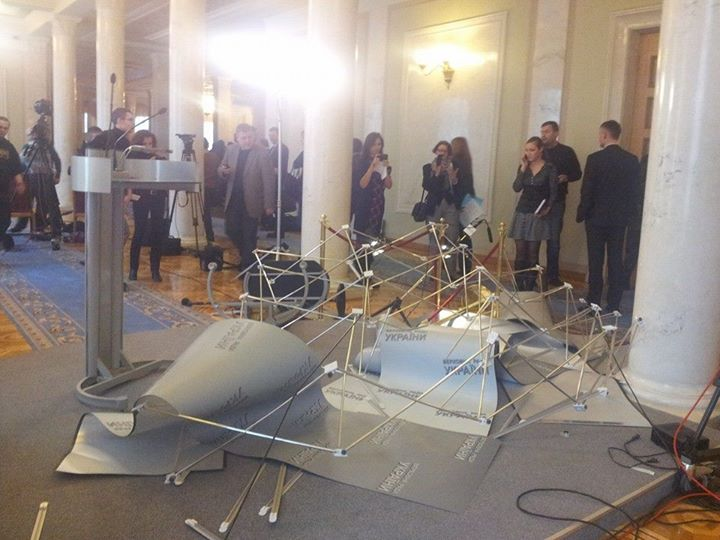 Массовая драка нардепов продолжилась в кулуарах Рады: опубликованы фото и видео