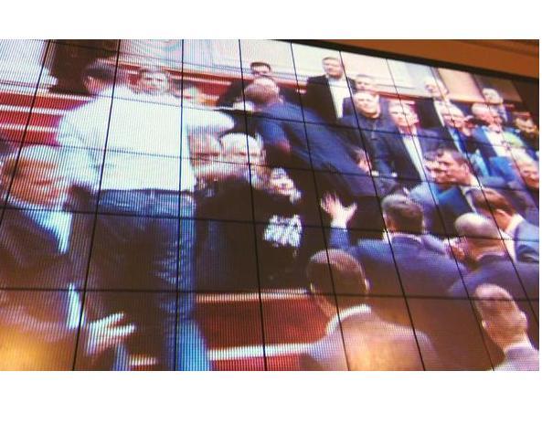Депутаты продолжили драку в зале парламента